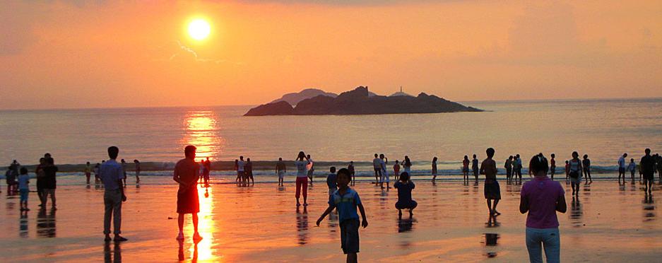 """下午团友可尽享""""东方夏威夷""""阳光沙滩,碧海蓝天,到海滨浴场参加冲浪"""